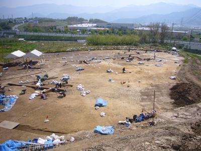 調査区全景。約4,000m²の調査区です。表土剥ぎ進行中。