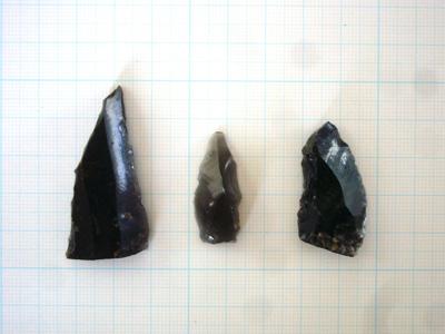 粘土採掘跡に埋まっていた土に混じっていた旧石器時代のナイフ形石器です。