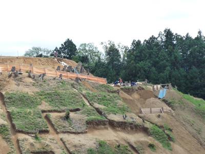 尾根を分断する堀の調査風景。写真左側は切岸(きりぎし)です。