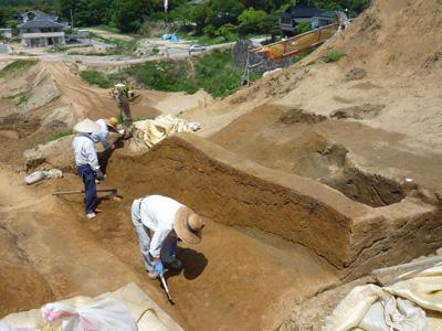 地層を観察するための土手を残して堀を掘り下げています。右側が切岸です。