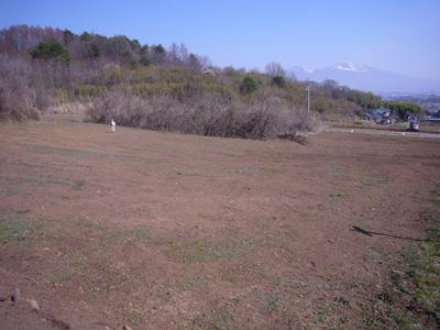 調査前の風景、遠くに浅間山が望めます。その後、この畑の下から、溝跡と遺物包含層が見つかりました。