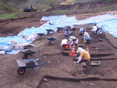 さまざまな遺物を含む地層の掘り下げを開始しました。