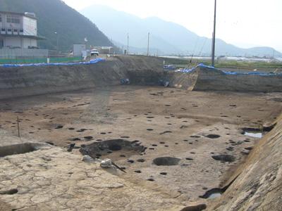 平安時代後期の集落跡。手前の方形の窪みが竪穴住居跡です。
