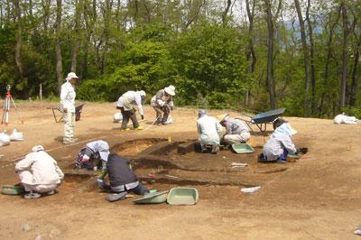 古墳時代の竪穴住居跡を調査しています。
