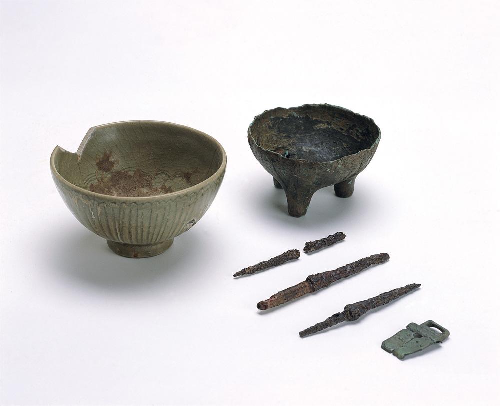 中世の青磁碗・青銅製香炉ほか